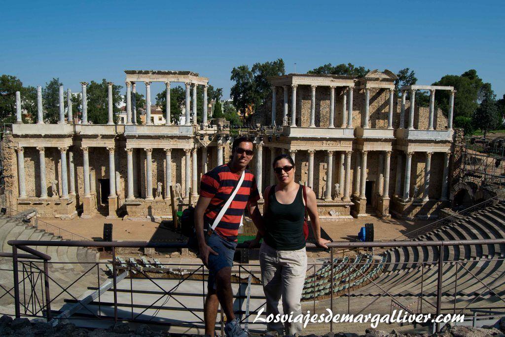 El equipo de los viajes de margalliver en el teatro romano de Mérida , resumen viajero del 2016- Los viajes de margalliver